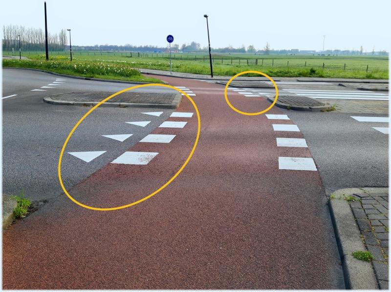 自転車道と車道の交差点