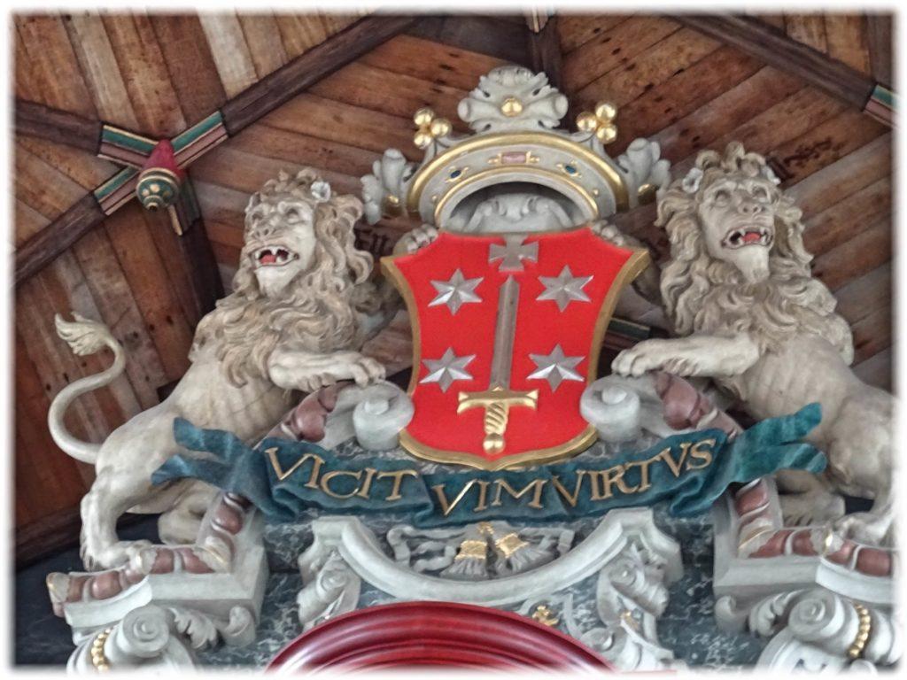 ハーレムの紋章とライオンの彫刻