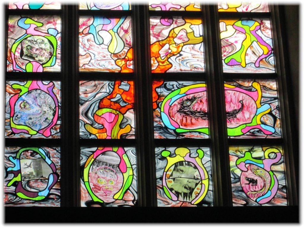 聖ヤン大聖堂のユニークなステンドグラス