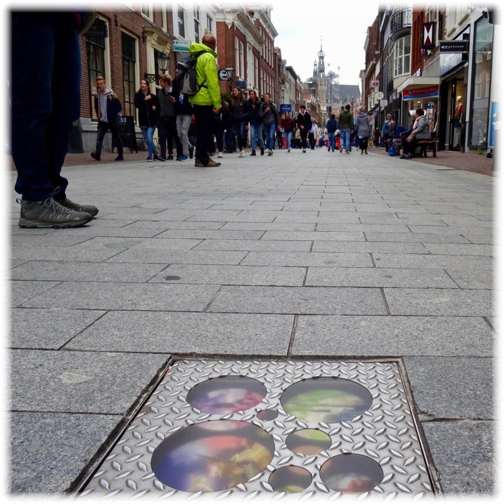 街路に埋め込まれた写真1
