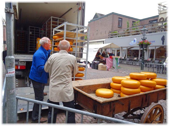チーズの詰め込み作業