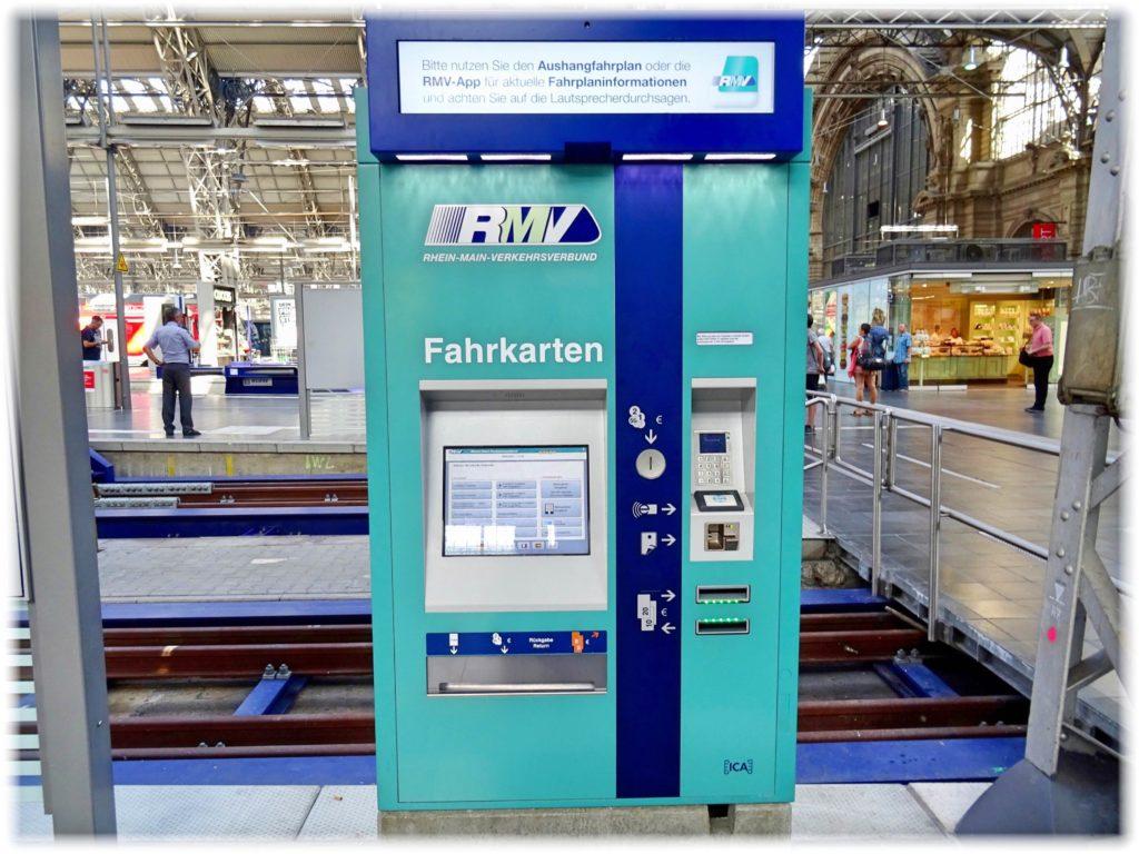 駅にある自動券売機