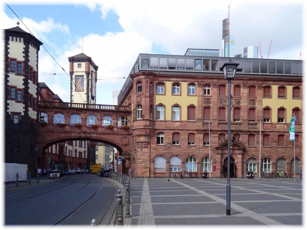 旧市庁舎と橋