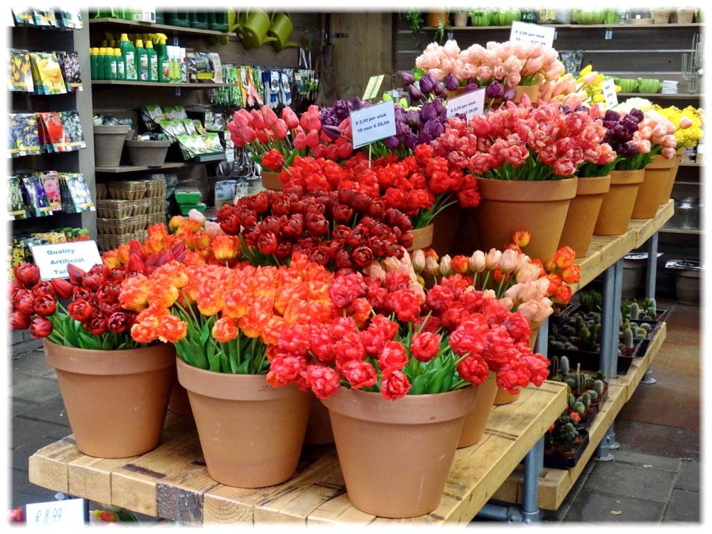 多彩な造花のチューリップ