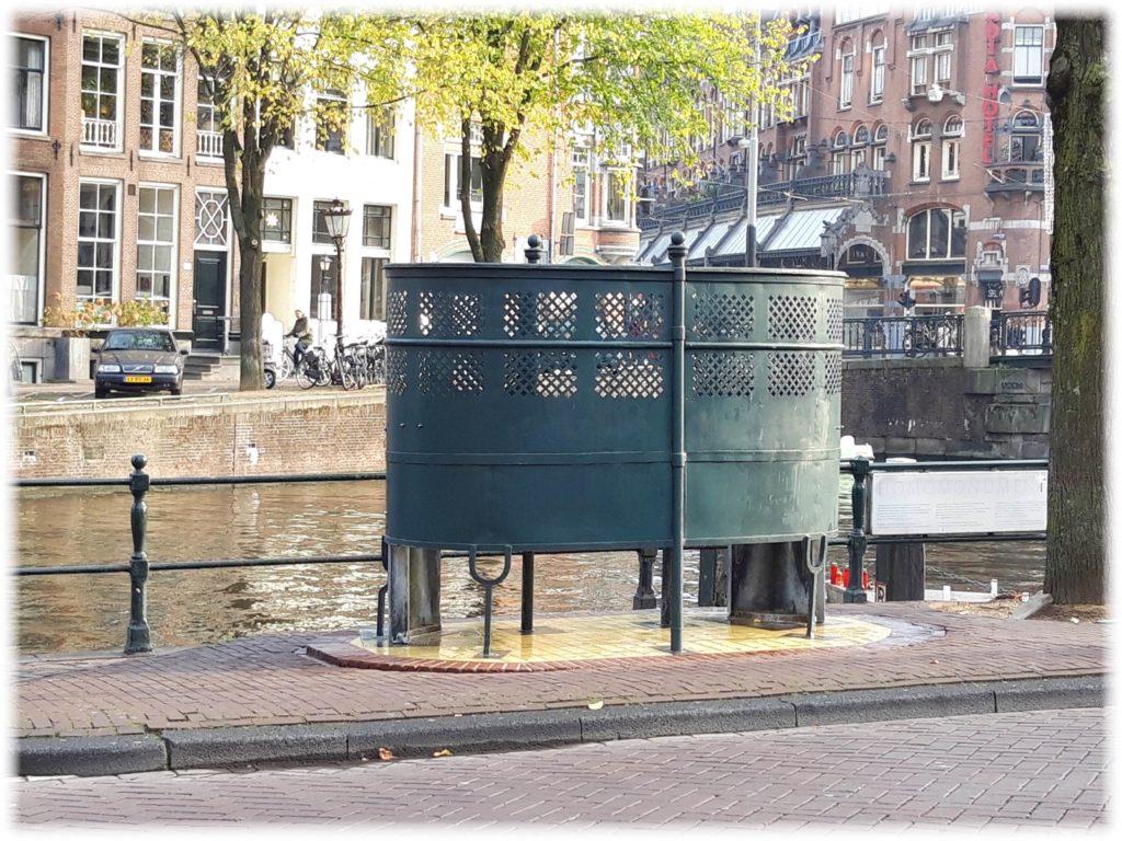 アムステルダム運河沿いのトイレ