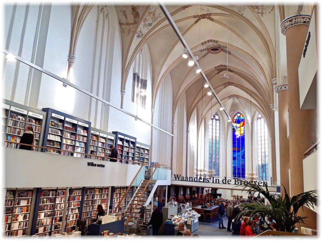 ワーンダースインデブルーレン書店内