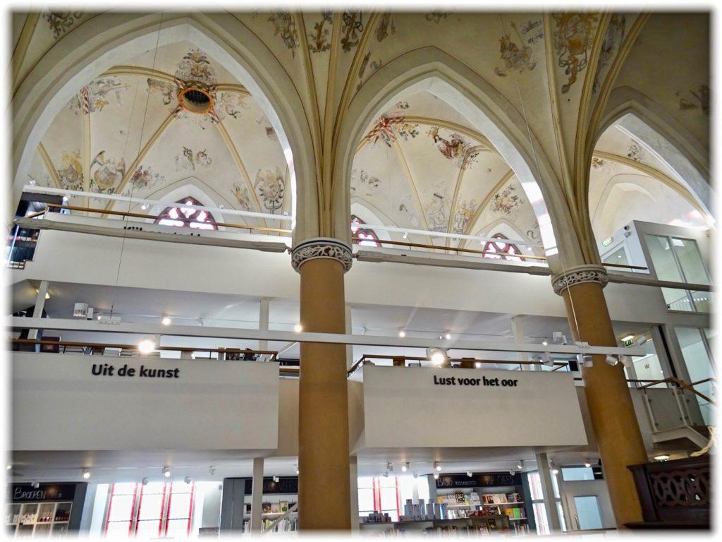 ワーンダース書店の側面と天井