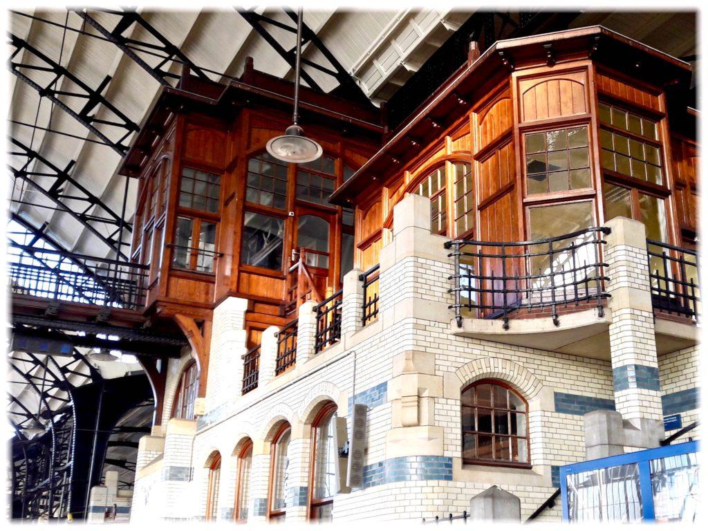 ハーレム駅構内の建物