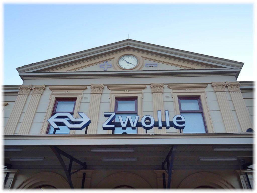 美しい書店のある街、ズウォレ駅
