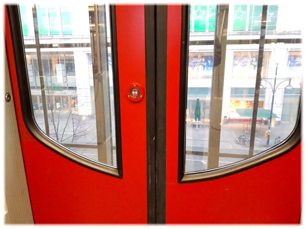 ベルリンの鉄道のドアボタン