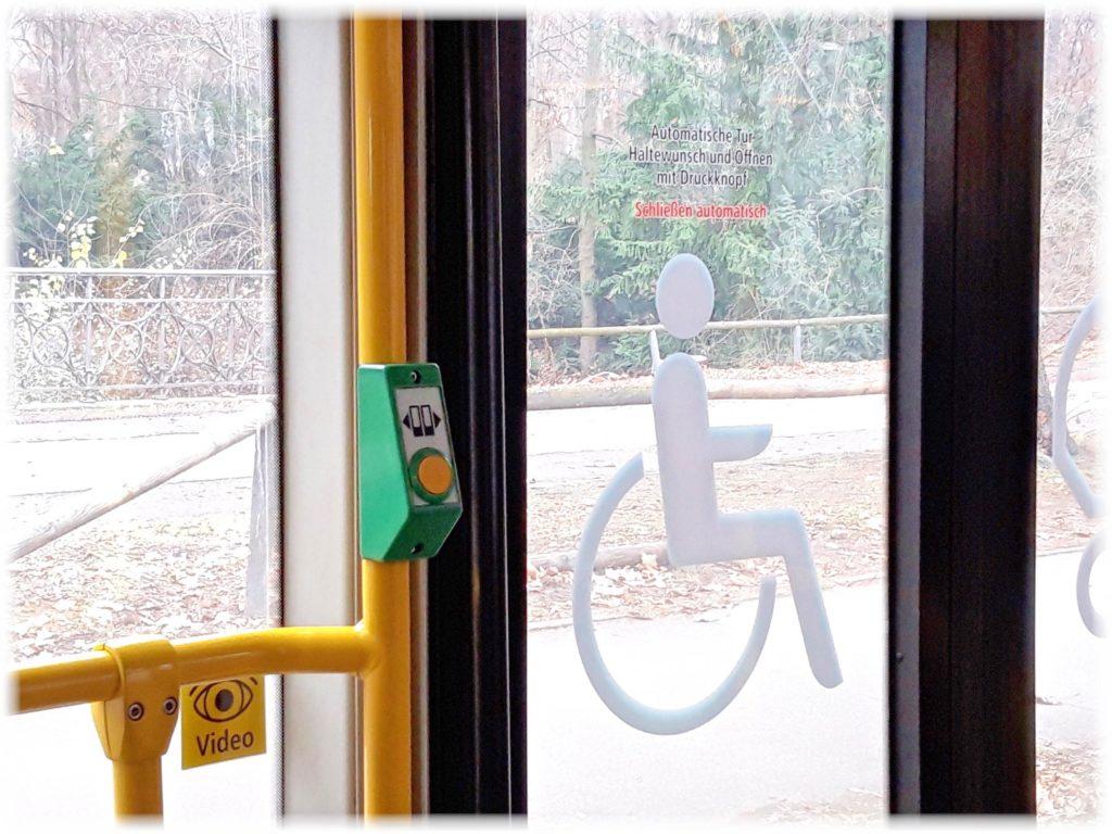 バスのドアボタン