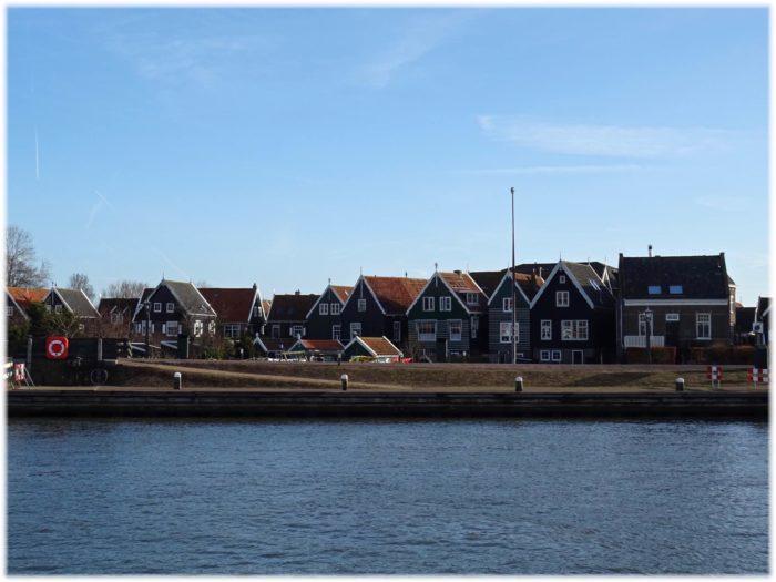 マルケン島港沿いの家