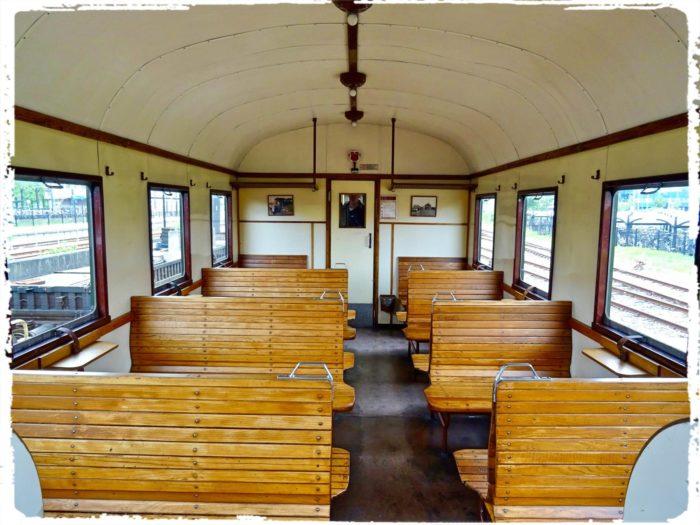 木製シートの客車