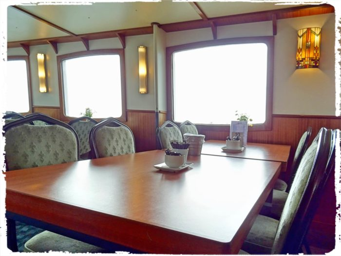 遊覧船キャビンのテーブル