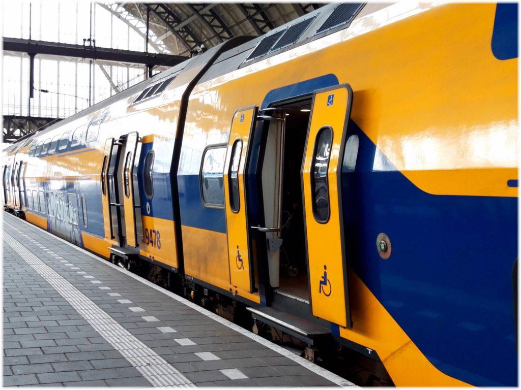 アムステルダム発の列車インターシティ
