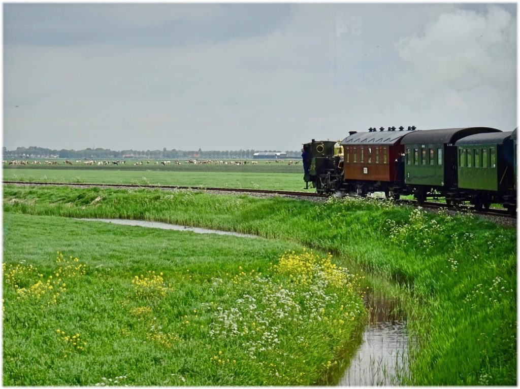オランダの田園地を走る汽車