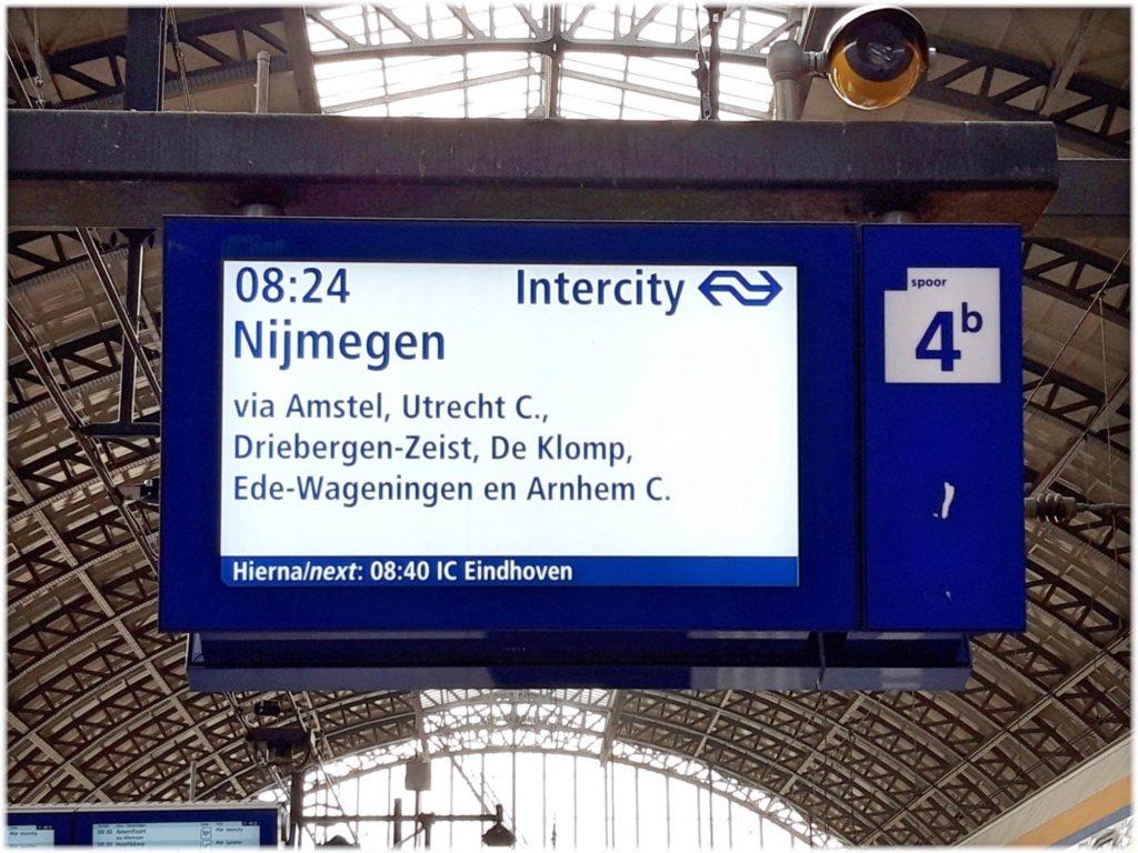 アムステルダム駅の列車案内板
