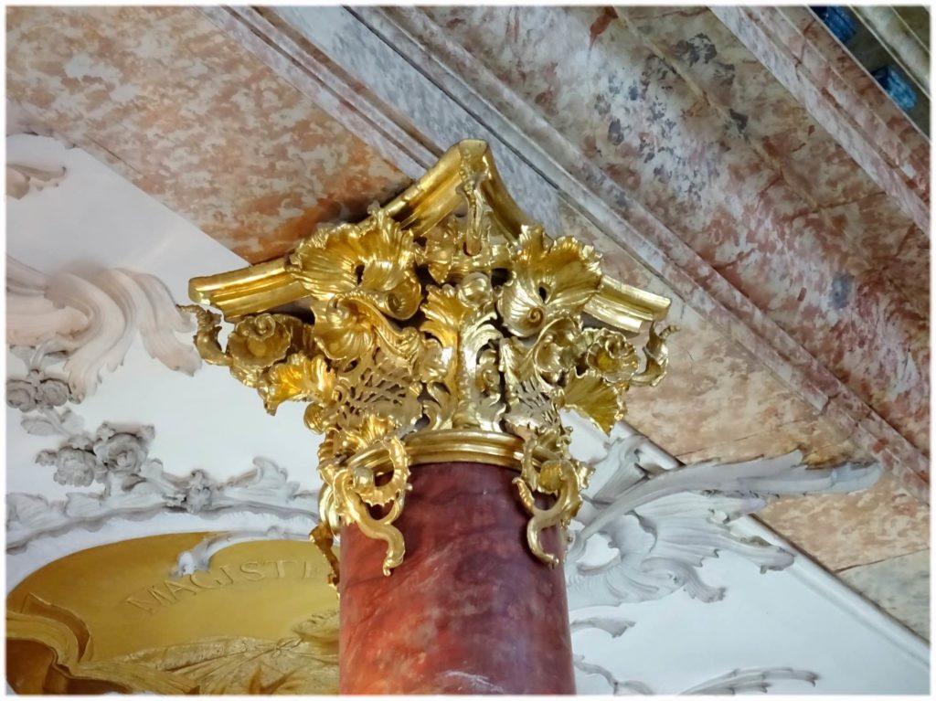 図書館の柱にある金の装飾