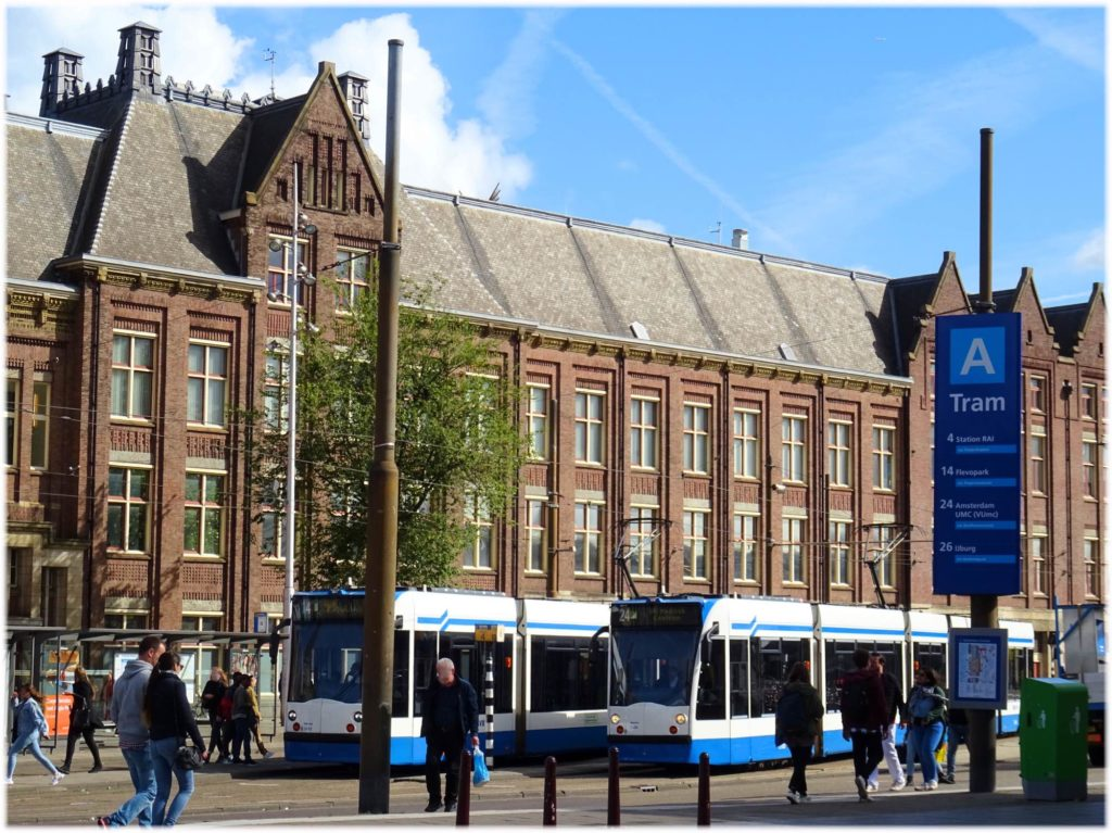 アムステルダム駅の東側トラム乗り場