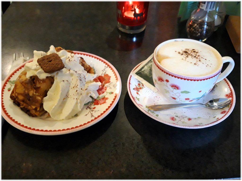 アップルケーキとコーヒーのセット