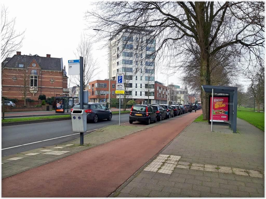大使館近くのバス停