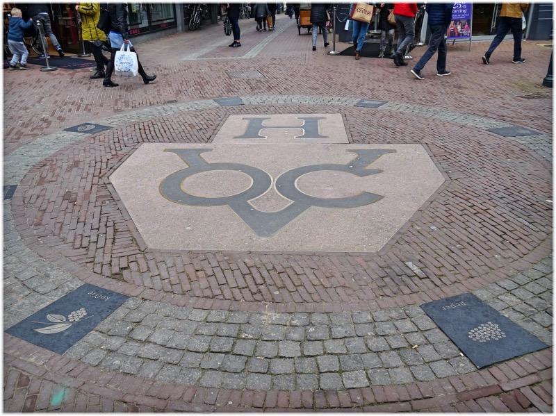 通りにある東インド会社のロゴ