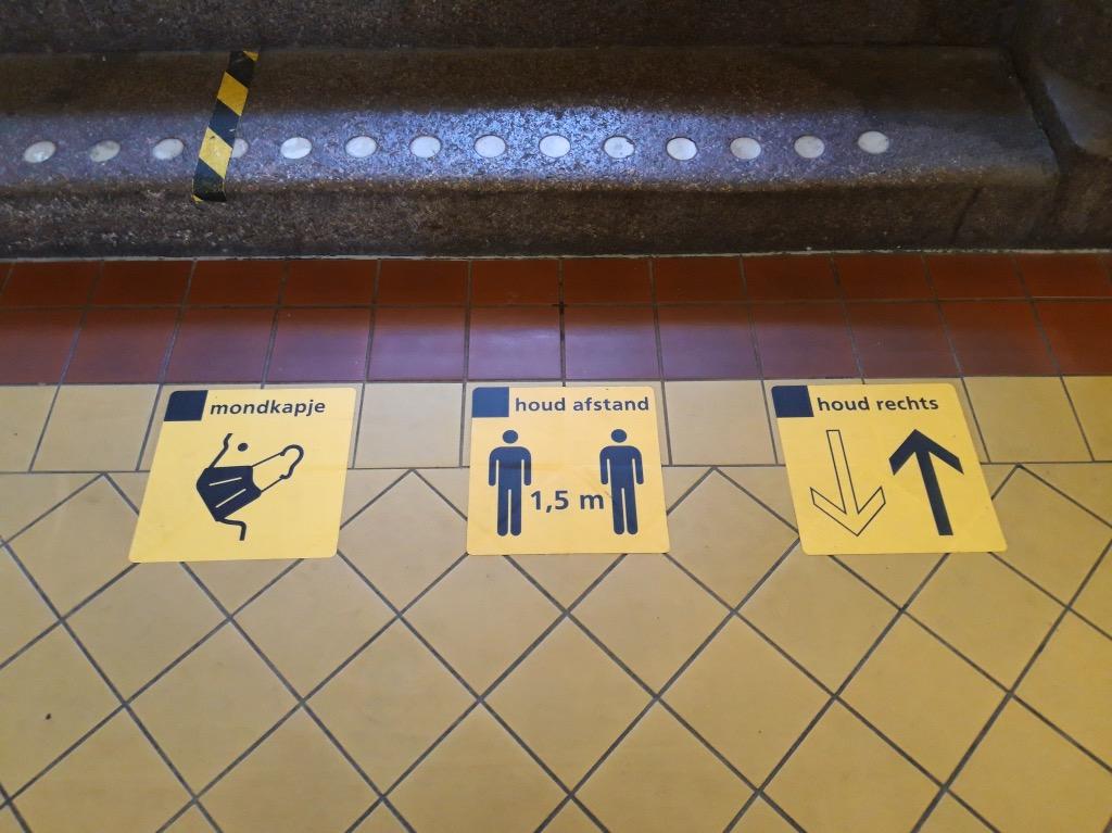 駅構内の注意書