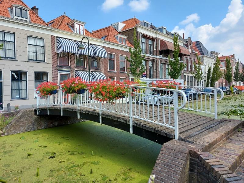 小路前の運河と橋