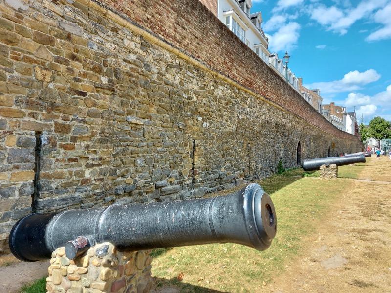 壁の前に並んだ大砲