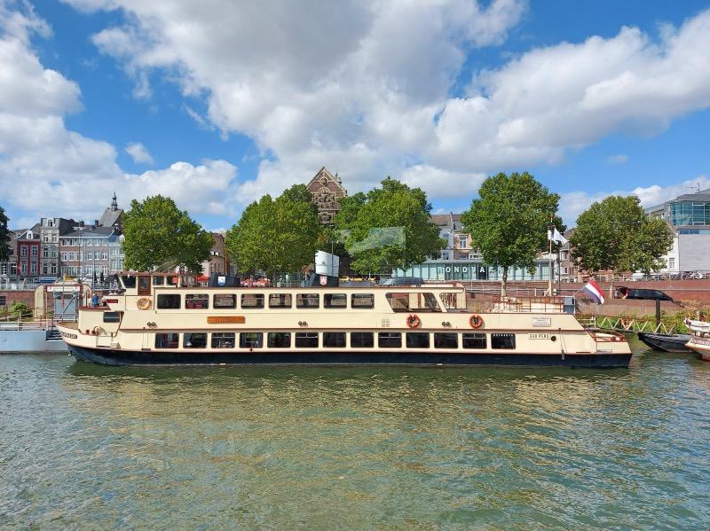 マース川のクルーズ船