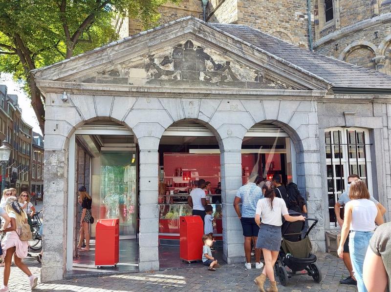 教会裏のアイスクリーム店