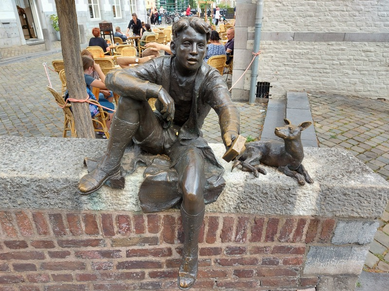 小説の銅像