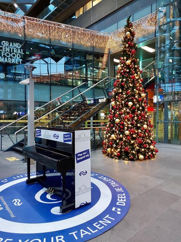 デンハーグ駅構内のクリスマスツリー