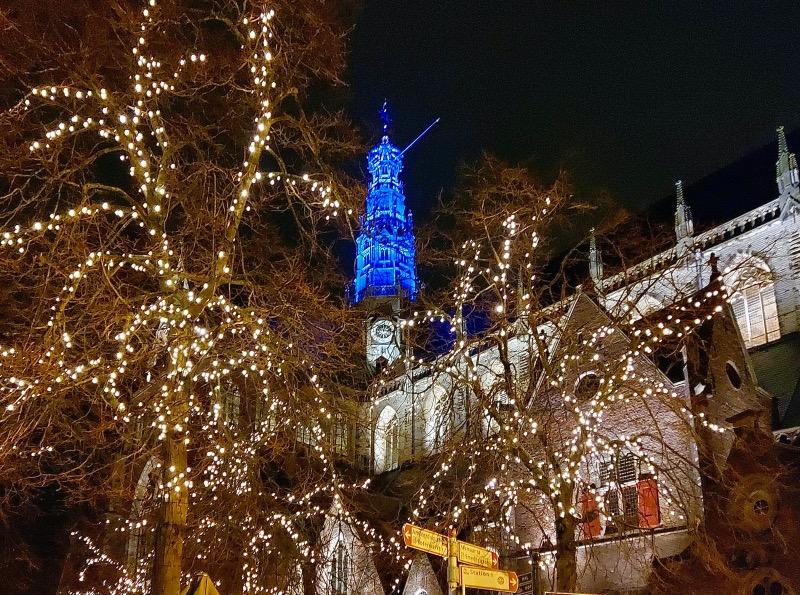 青く光る教会の塔