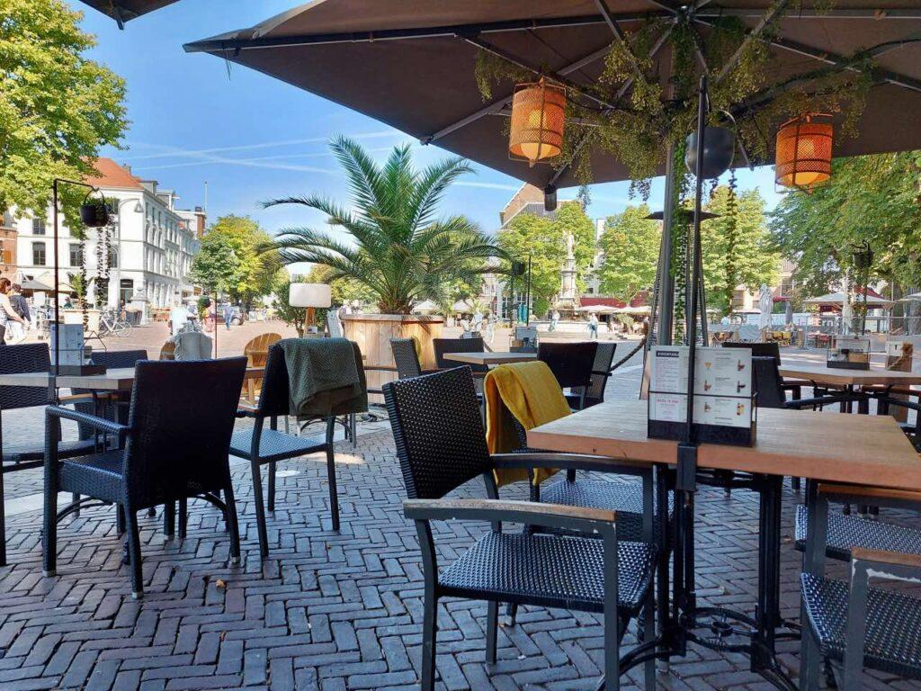 ブリンク広場のカフェ